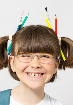 그녀의 머리에 다채로운 가닥과 재미 있는 여자의 초상화. 색연필, 구슬, 머리카락에 색색의 머리카락. 흰색 절연에 웃는 소녀