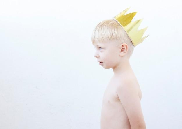 Портрет забавного маленького мальчика с золотой короной на голове