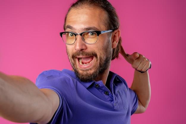 眼鏡をかけた面白いオタク男の肖像画をクローズアップ