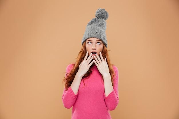 Портрет смешная молодая рыжая девушка с косоглазым Бесплатные Фотографии