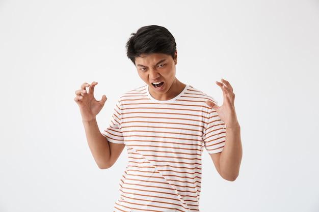 Портрет разъяренного молодого азиатского человека, кричащего