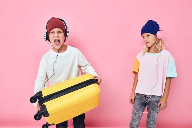 休暇の準備をしている女の子と男の子の肖像画若い旅行者の子供時代のライフスタイルの概念