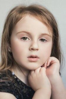 Портрет девочки с эмоциями