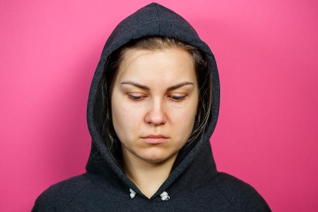 여자의 초상화입니다. 화장기 없는 얼굴. 가족의 폭력.