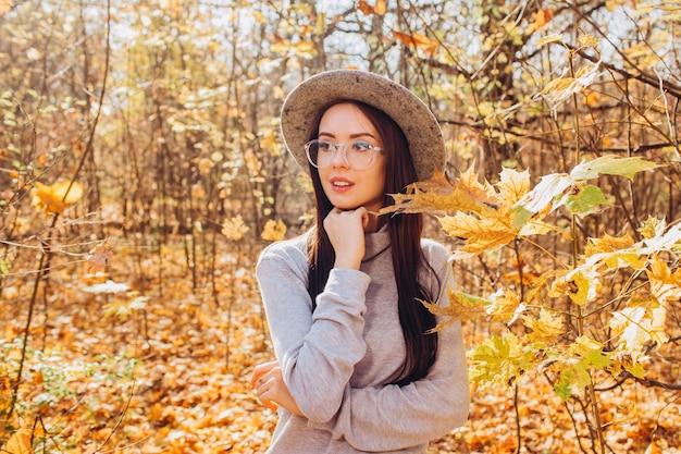 秋の公園で帽子の少女の肖像画
