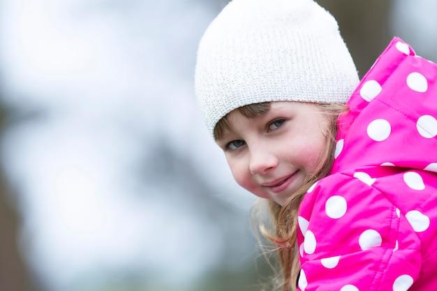 帽子をかぶった女の子の肖像画