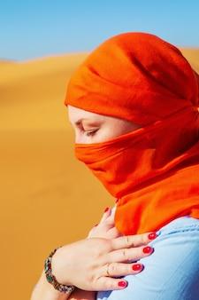 Портрет девушки в платке. пустыня сахара, эрг-шебби, мерзуга, марокко.