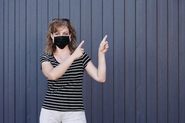 Портрет девушки в защитной маске
