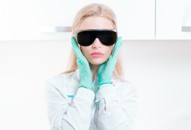 Портрет девушки в черных очках для лазерной эпиляции. понятие косметологии, пластической хирургии, индустрии красоты. смешанная техника