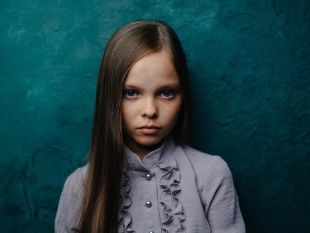 ファッショナブルな服を着た女の子の肖像画美しい顔のクローズアップクロップドビュー