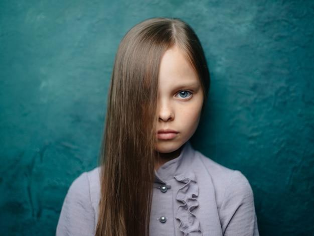 Портрет девушки в модной одежде, красивое лицо крупным планом, обрезанный вид