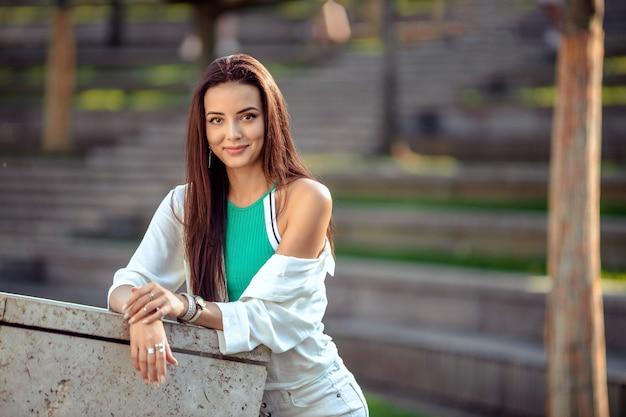 Портрет девушки в спортивной одежде на прогулке в парке