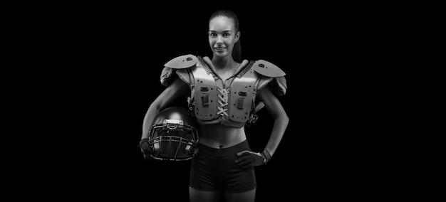 미식축구팀 선수의 유니폼을 입은 소녀의 초상화. 검은 배경. 스포츠 개념입니다. 혼합 매체