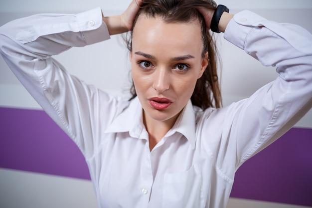 Портрет девушки европейской внешности с разными эмоциями на лице. привлекательная молодая брюнетка женщина улыбается