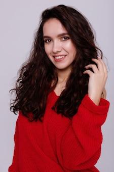 빨간 스웨터에 회색 배경에 여자의 초상화