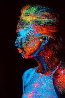 여자의 초상화 형광 분말에 그린.