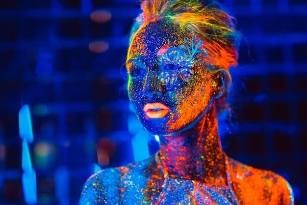 Портрет девушки, окрашенный флуоресцентной порошковой краской.