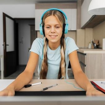 온라인 수업에주의를 기울이고있는 여자의 초상화