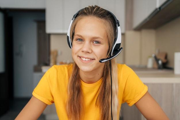 Портрет девушки, уделяющей внимание онлайн-классу