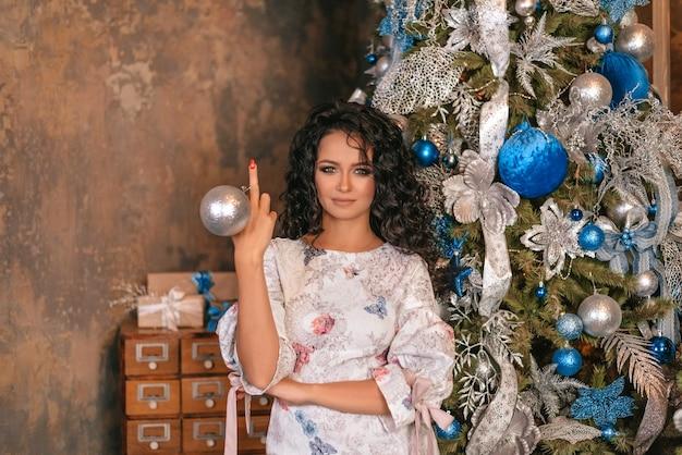 Портрет девушки показывает средние пальцы на руках. новогоднее настроение.