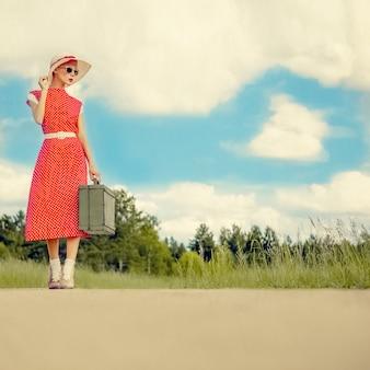 レトロなスタイルを旅する少女の肖像画