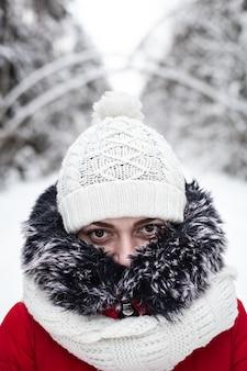 Портрет девушки, тепло одетой в зимнюю шапку и шарф