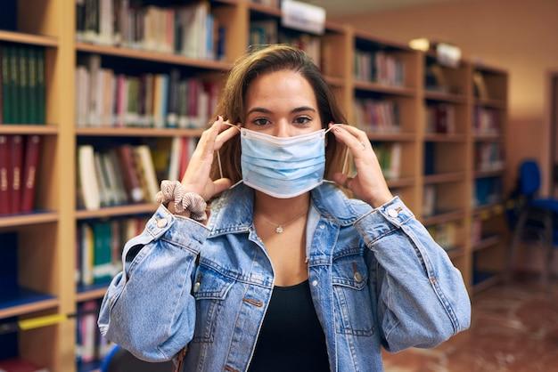 Портрет девушки в маске для входа в библиотеку