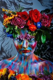 누구의 얼굴은 꽃의 화환에 컬러 페인트로 칠해진 여자의 초상화. 프리다 칼로의 발자취