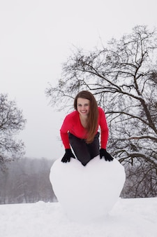 Портрет девушки с большим снежным сердцем