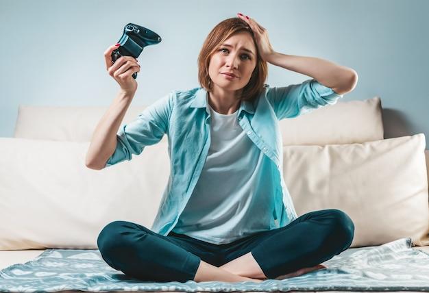 그녀의 손에있는 조이스틱으로 여자의 초상화.