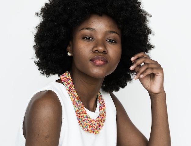 큰 아프리카 머리를 가진 여자의 초상화