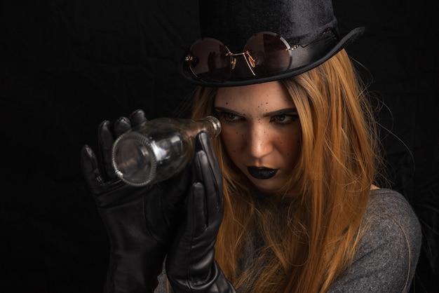 Портрет девушки с ярким осенним нарядным макияжем в стиле стим панк