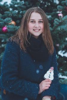 크리스마스 선물 여자의 초상화입니다. 눈 덮인 겨울 저녁.