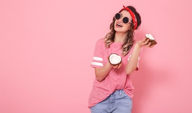 Портрет девушки с кокосами, на розовой стене