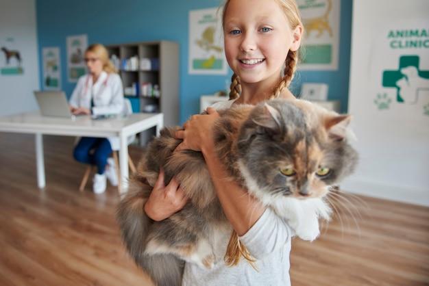 彼女の猫と女の子の肖像画