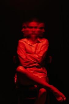 흰 셔츠에 정신 장애를 가진 여자의 초상화