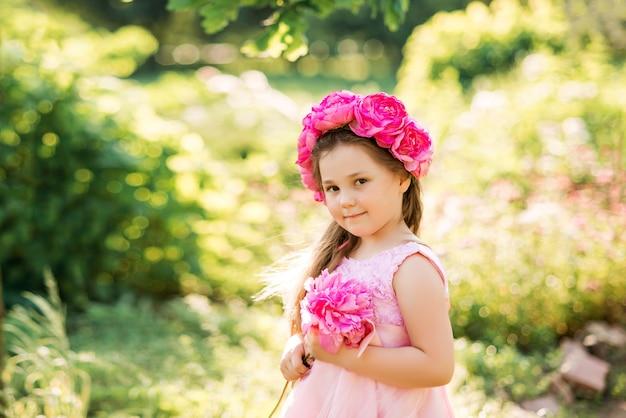 Портрет девушки с розовыми цветами. венок из пионов на голове ребенка ..