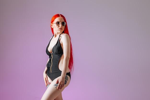 ピンクの背景に赤い髪と丸いメガネの女の子の肖像画