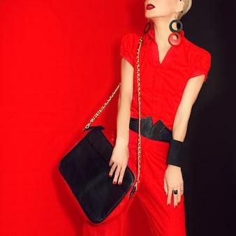 魅力的な女の子の黒と赤のスタイルの肖像画