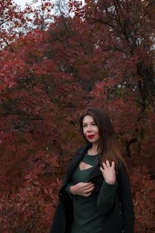 Портрет великолепной женщины средних лет в осеннем парке. привет, ноябрь. стильная взрослая женщина в красивом платье