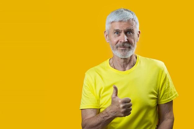 ひげを持つ白髪の男の肖像は、青色の背景に良いジェスチャーを示しています