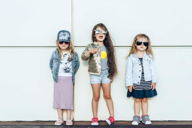 밖에 서 포즈를 취하는 아름다운 소녀 그룹의 초상화