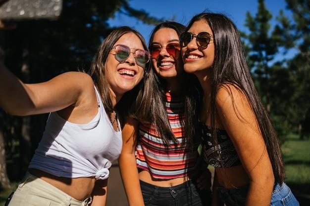 아름 다운 미소와 행복 한 여자의 그룹의 초상화.