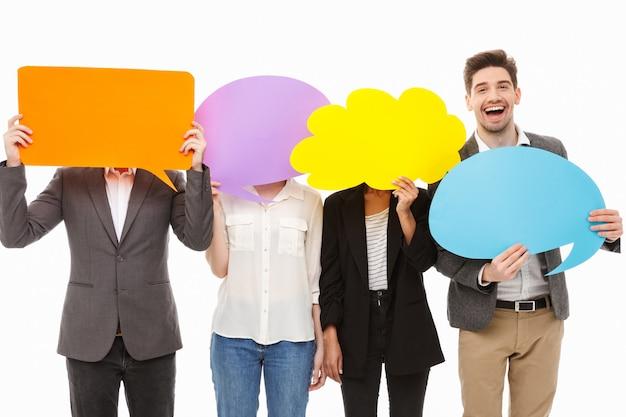 Портрет группы веселых многорасовых деловых людей