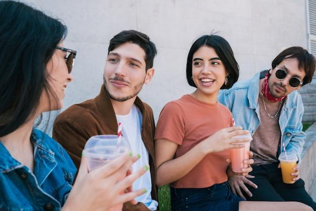 Портрет группы друзей, весело проводящих время вместе и хорошо проводящих время, попивая свежий фруктовый сок. концепция образа жизни и дружбы.