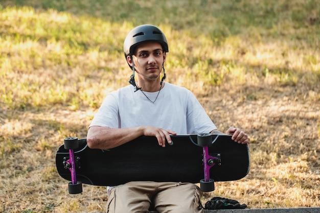 彼の手にボードを持つ男の肖像画。高品質の写真
