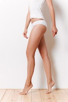 Портрет половины женского тела в нижнем белье позирует
