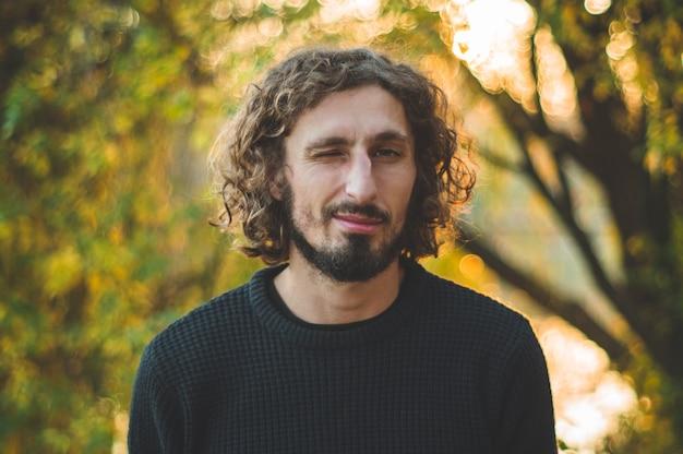 自然にハンサムな縮れ毛の男の肖像