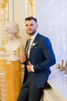 그의 결혼식 축하에 잘 생긴 신랑의 초상화.