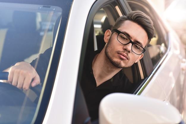 Портрет красивого парня за рулем машины